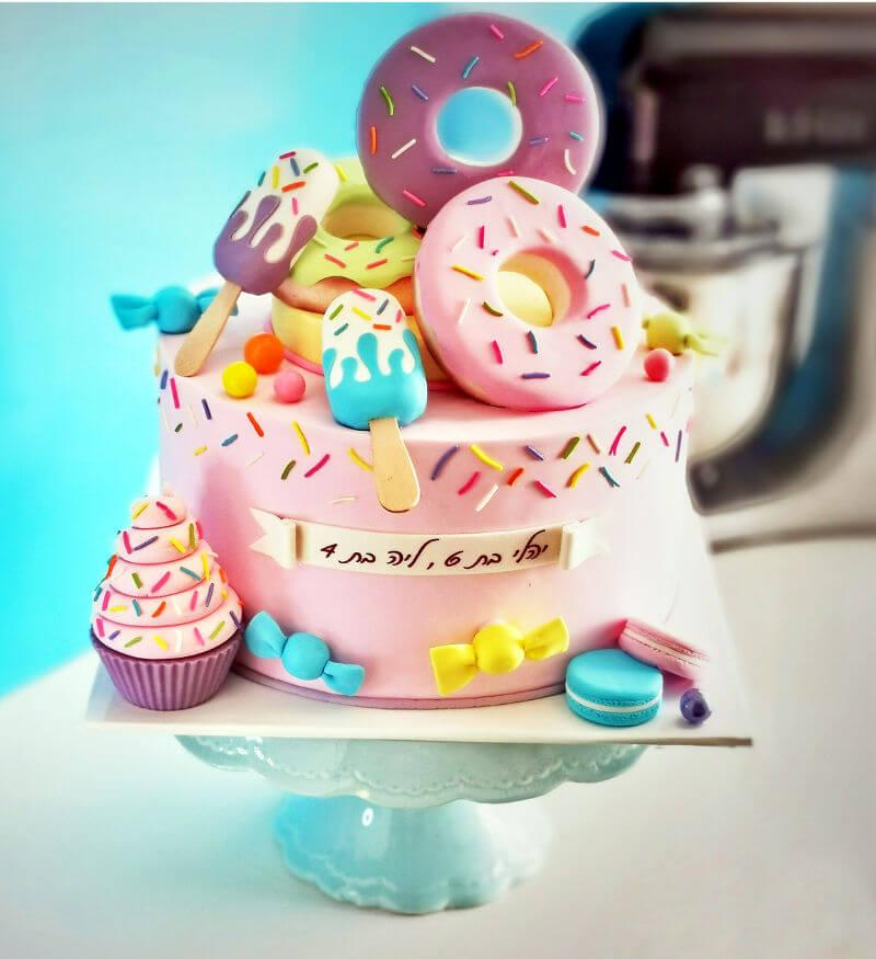 עוגת דונאטס וממתקים מעוצבת עם בצק סוכר