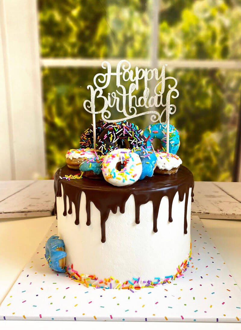 עוגת דונאטס וממתקים לבן