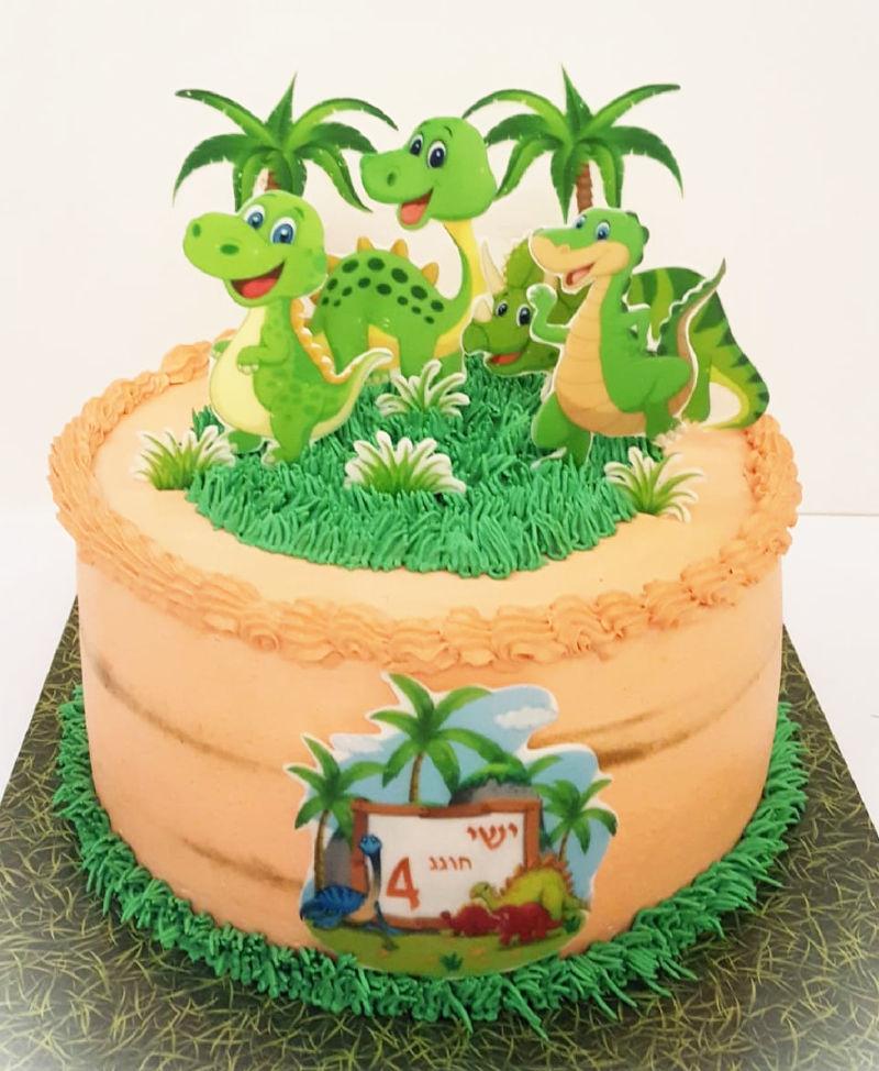 עוגת יום הולדת מעוצבת עם דינוזאורים