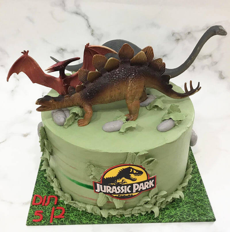 עוגה מעוצבת פארק היורה עם דינוזאורים
