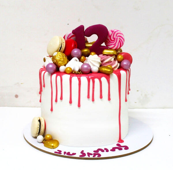 עוגת דריפ קייק עם מלא ממתקים