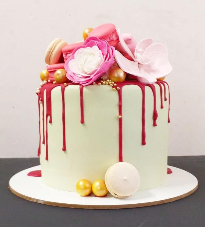 עוגת דריפ קייק עם פרחים וממתקים