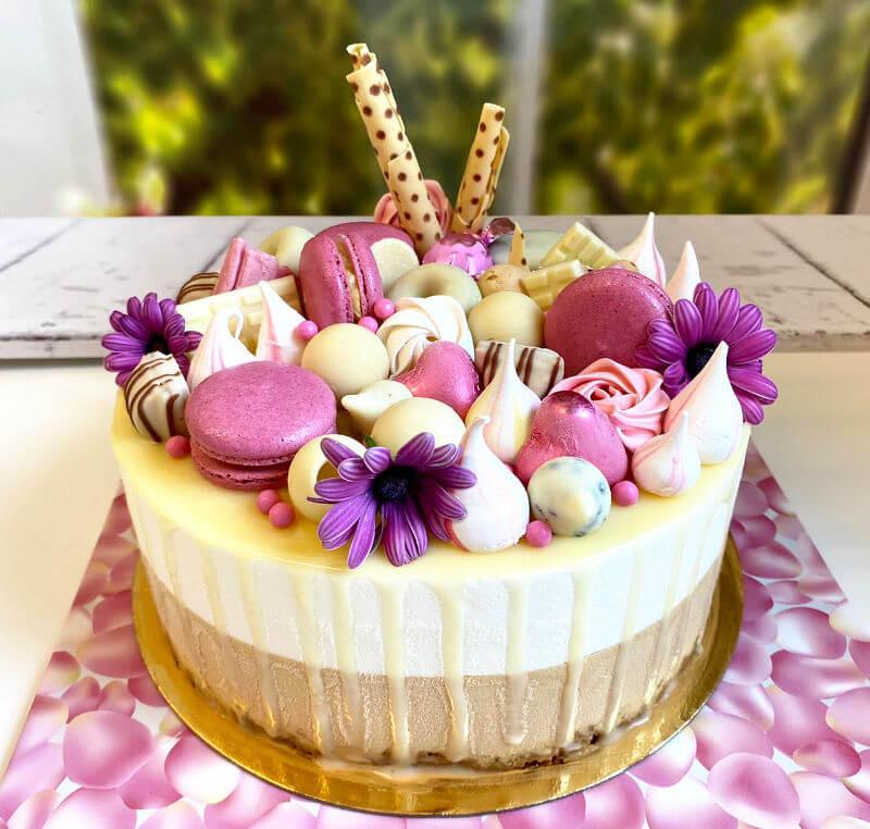 עוגת דריפ קייק בטעמי ריבת חלב ושוקולד לבן עם ממתקים