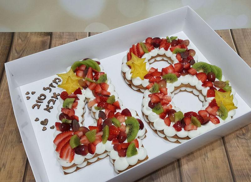 עוגת המספרים ופירות טריים