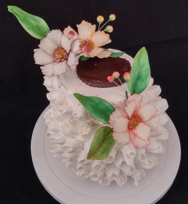 עוגת קומות וניל תות מקושטת פרחי סוכר