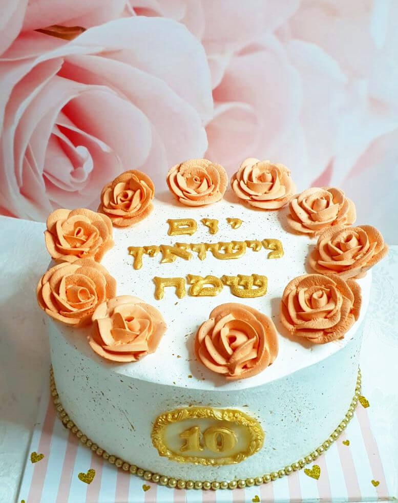 עוגת זילוף מעוצבת ליום נישואין עם פרחים