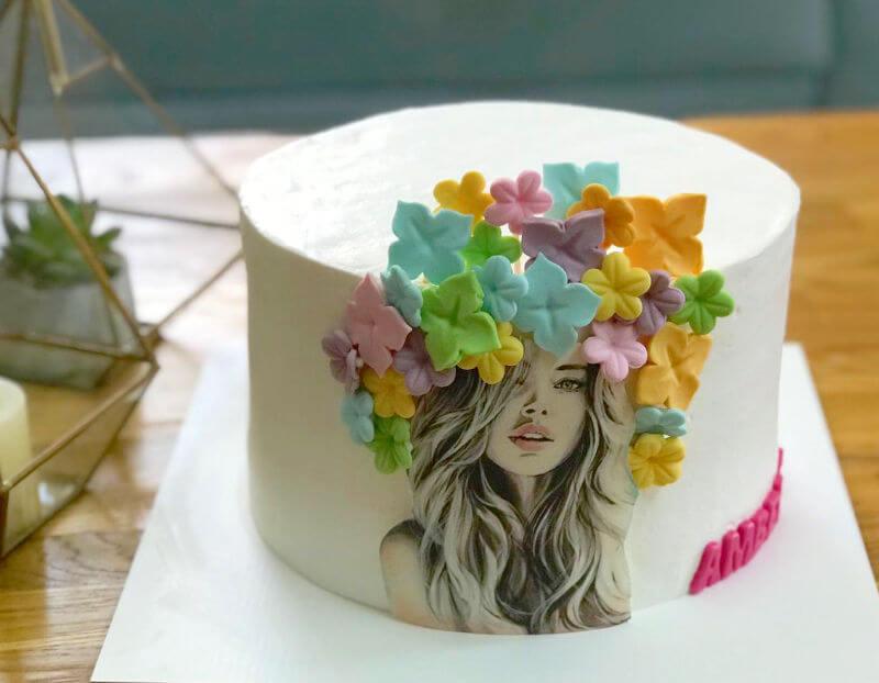 עוגה מעוצבת עם פרחים מבצק סוכר לאשה