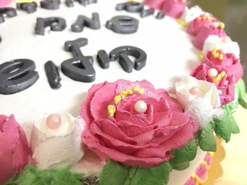 עוגת זילוף פרחים מקרוב ליום הולדת