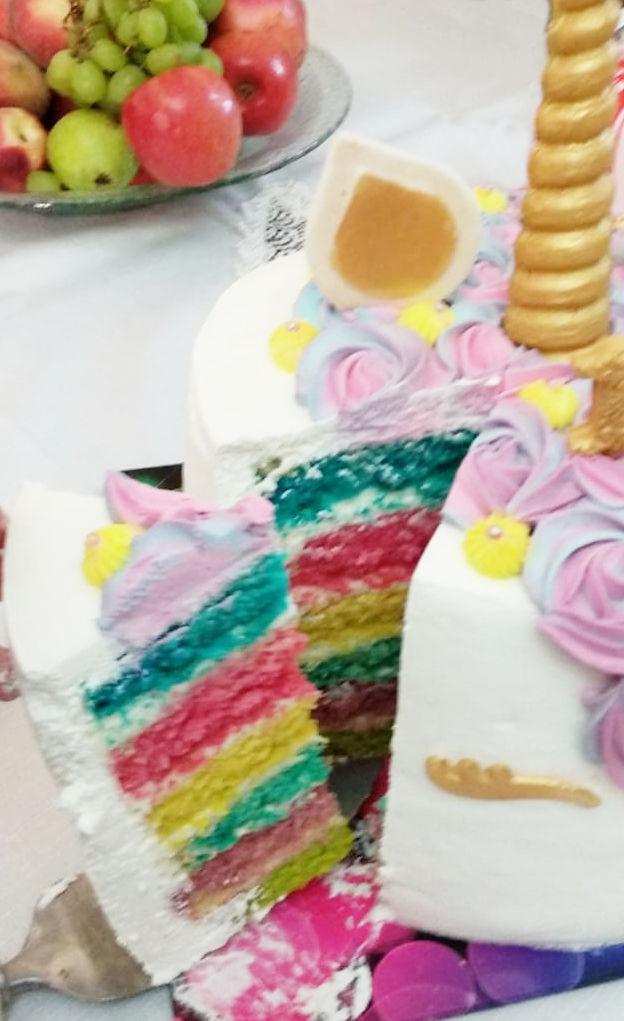 עוגת חד קרן חתוכה בצבעי הקשת
