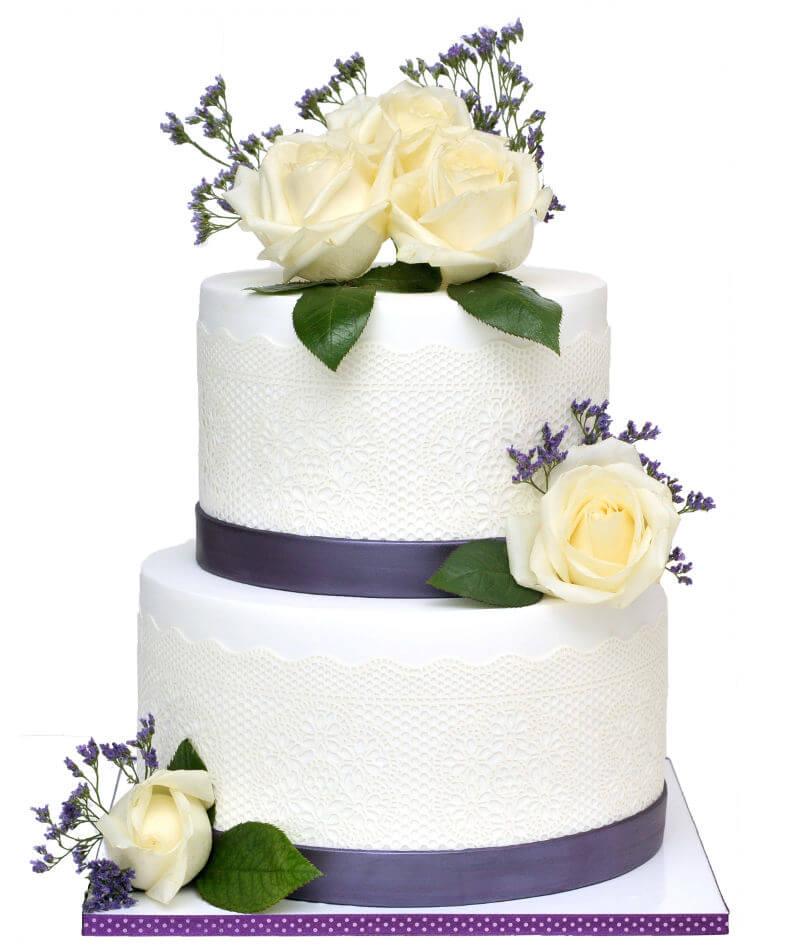 עוגת חתונה מעוצבת בלבן וסגול