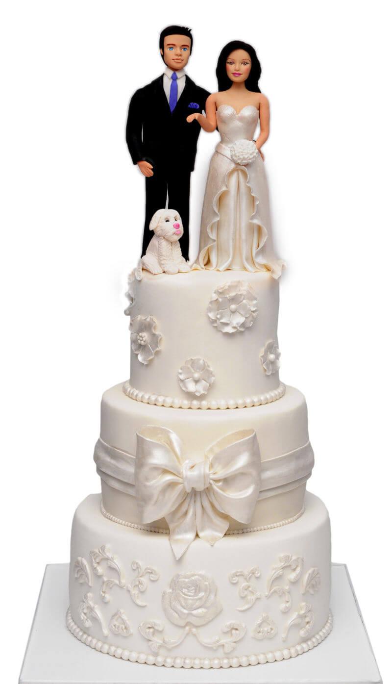 עוגת חתונה מפוארת עם חתן וכלה