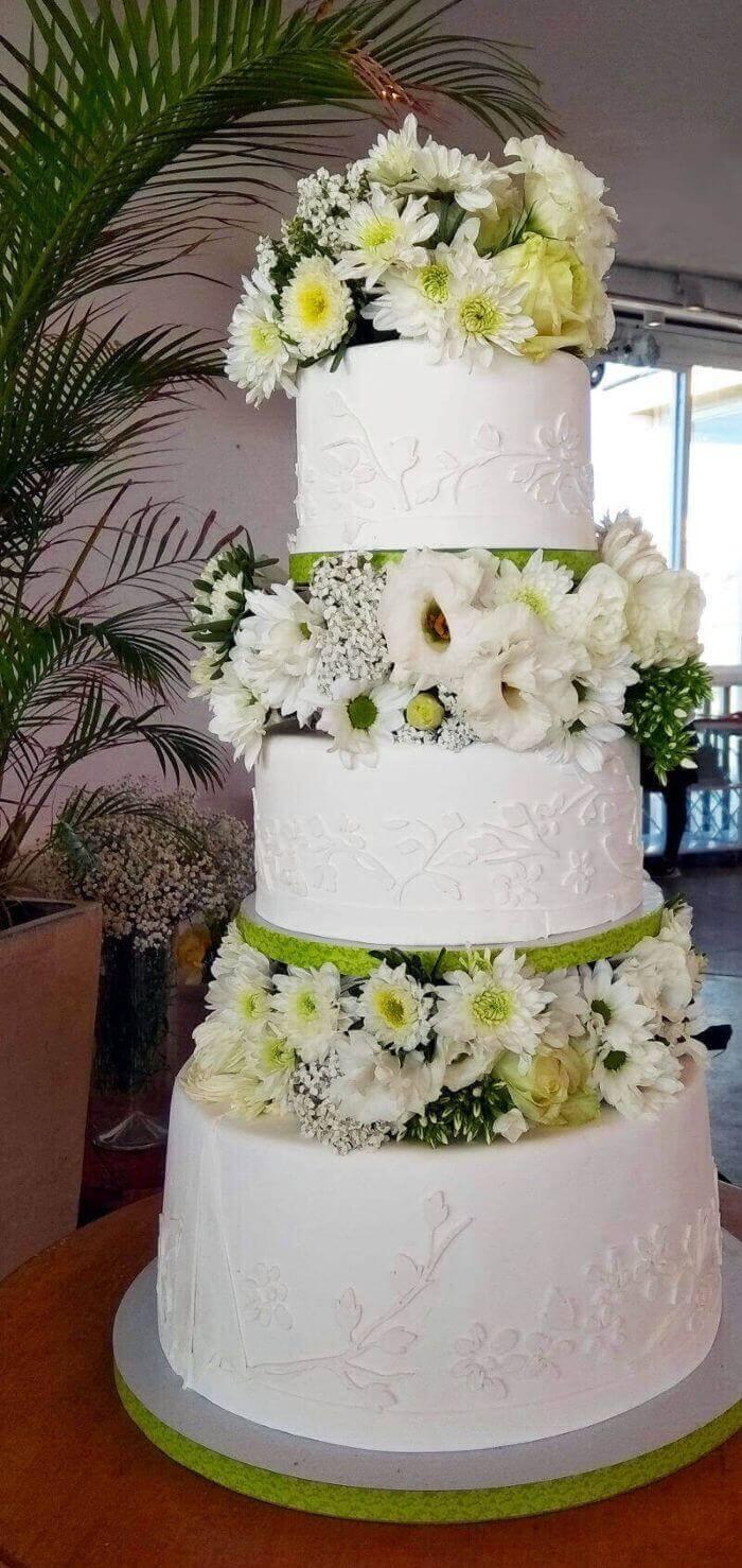 עוגת חתונה בקומות עם פרחים