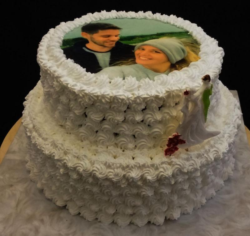 עוגת חתונה עם תמונה של הזוג