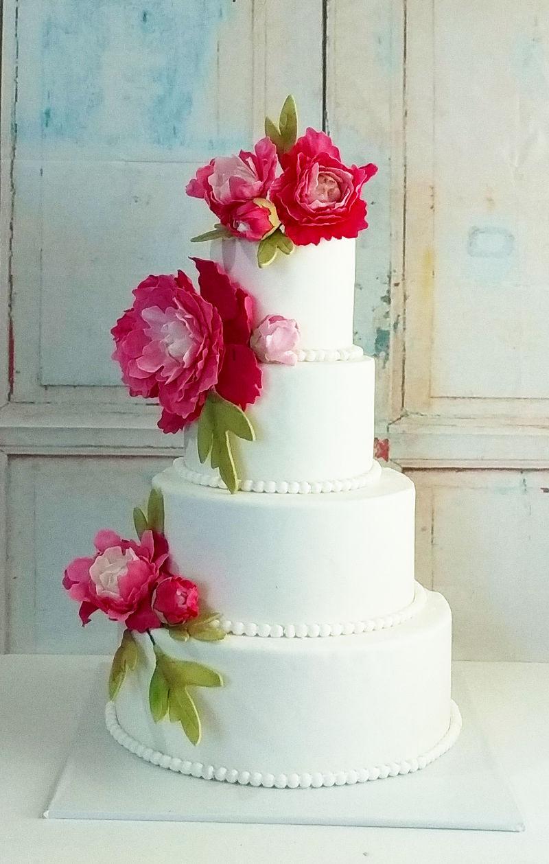 עוגת חתונה קלאסית עם פרחים