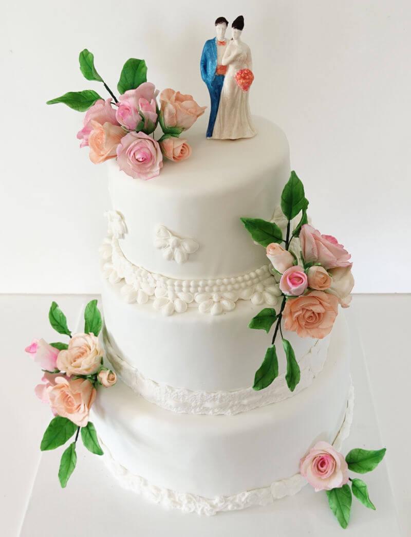עוגת חתונה מעוצבת פרחים בשלוש קומות