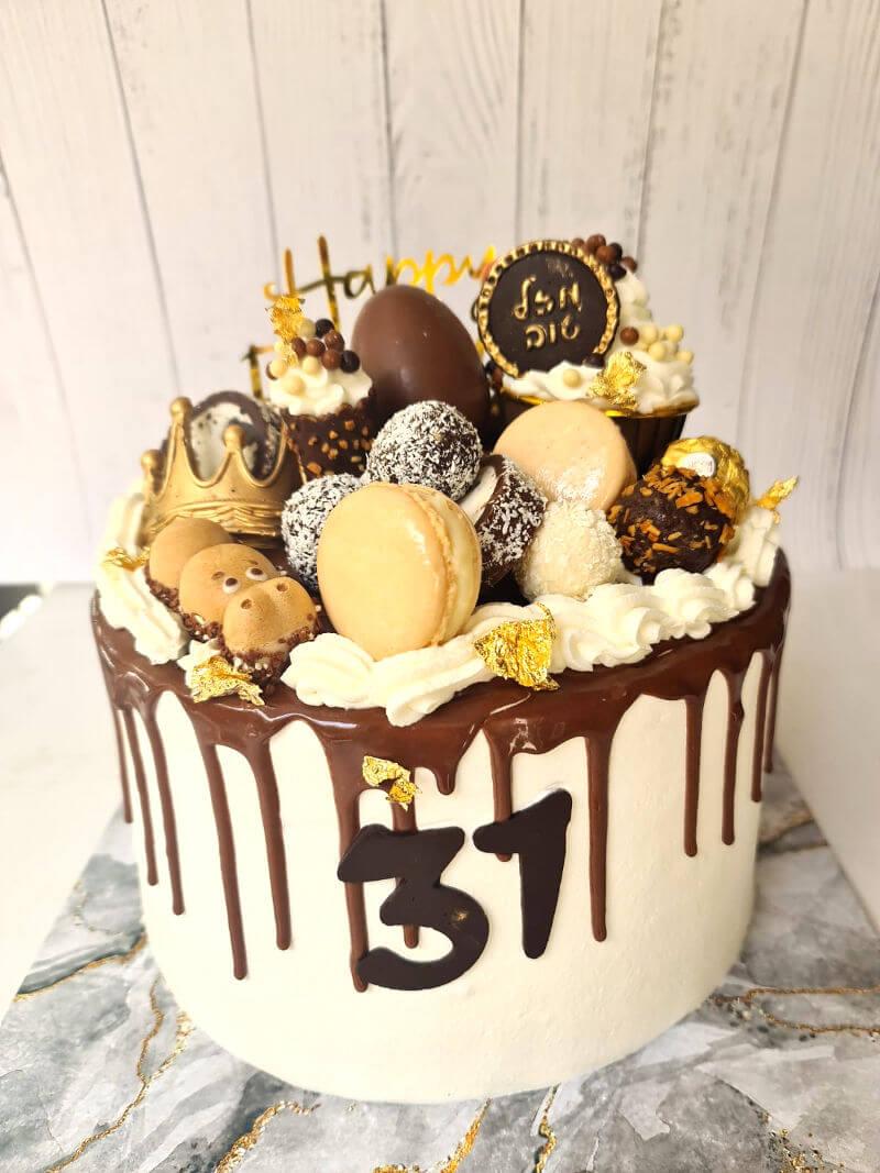 עוגת טפטופים מעוצבת עם שוקולדים וממתקים