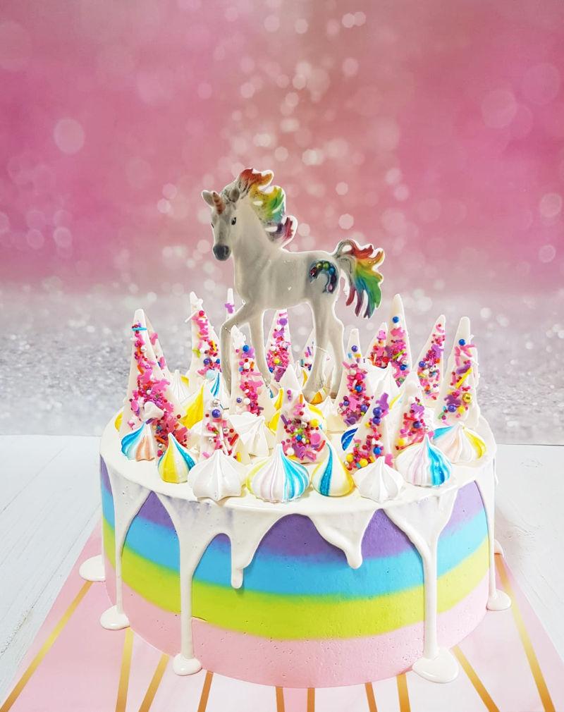 עוגת טפטופי גאנש עם חד קרן וממתקים