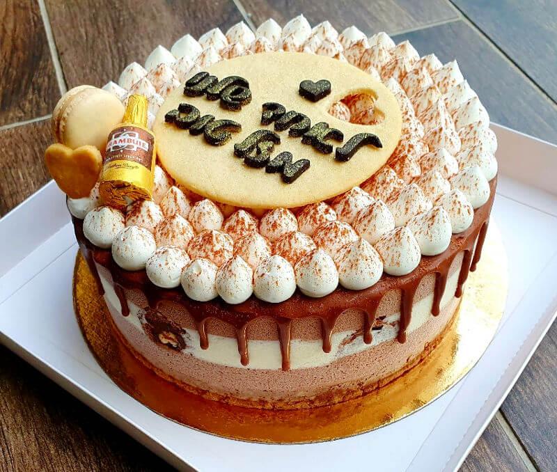 עוגת טריקולד מעוצבת לגבר עם טפטופי גאנש