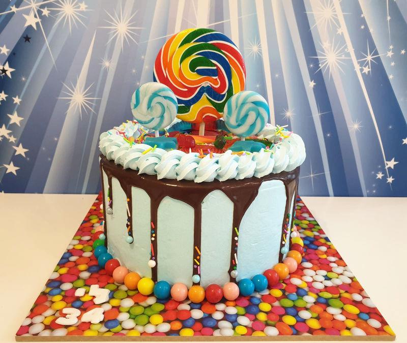 עוגת יום הולדת מיוחדת לבנים עם סוכריות