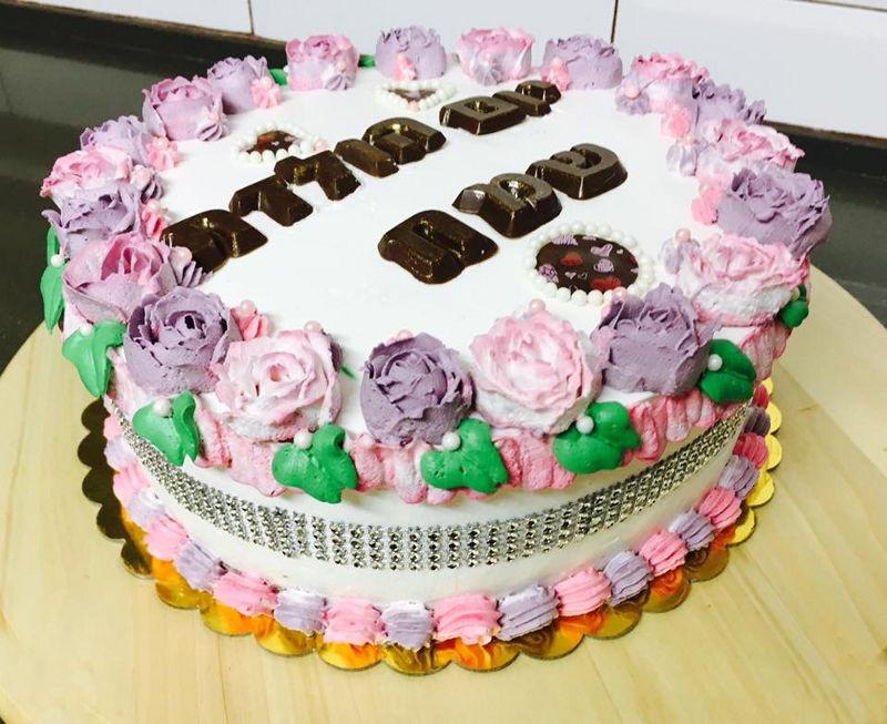 עוגת יום הולדת זילוף פרחים לבנות