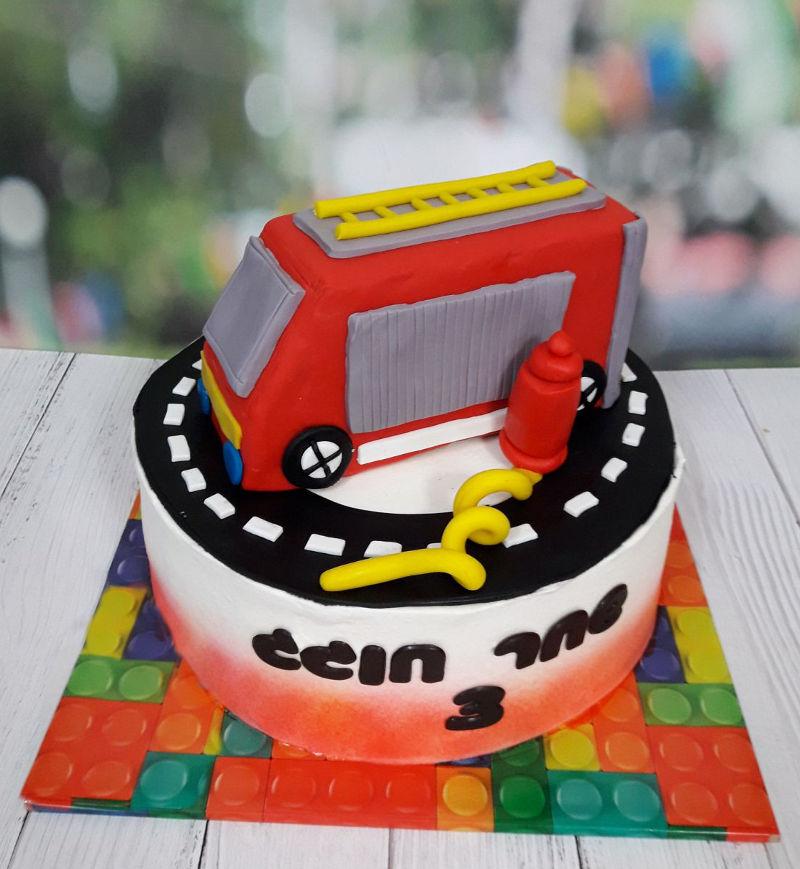 עוגת יום הולדת כבאי מבצק סוכר