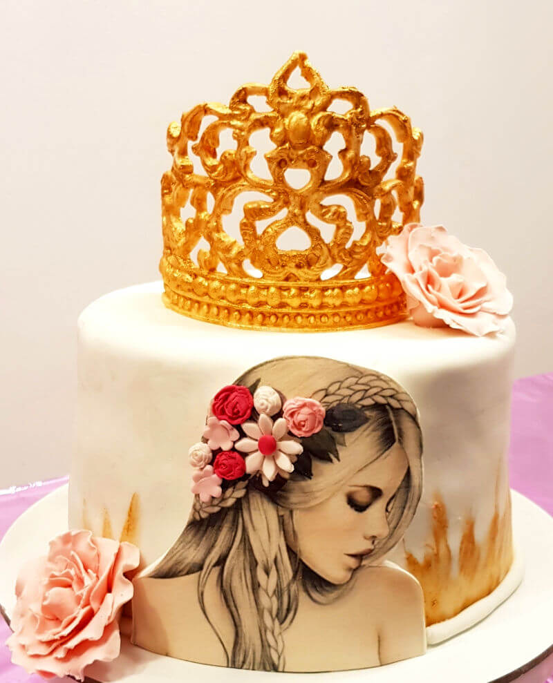 עוגת יום הולדת לאשה עם כתר