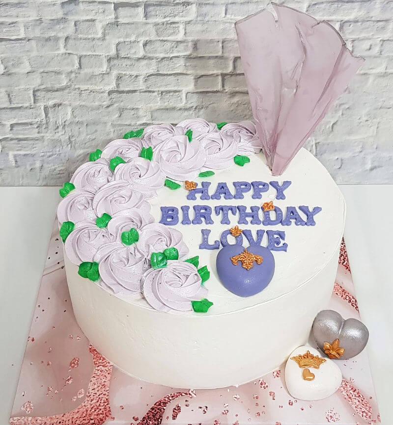עוגת יום הולדת מיוחדת לבנות עם פרחים ולבבות