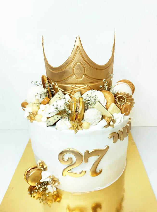 עוגת יום הולדת מעוצבת עם כתר וממתקים