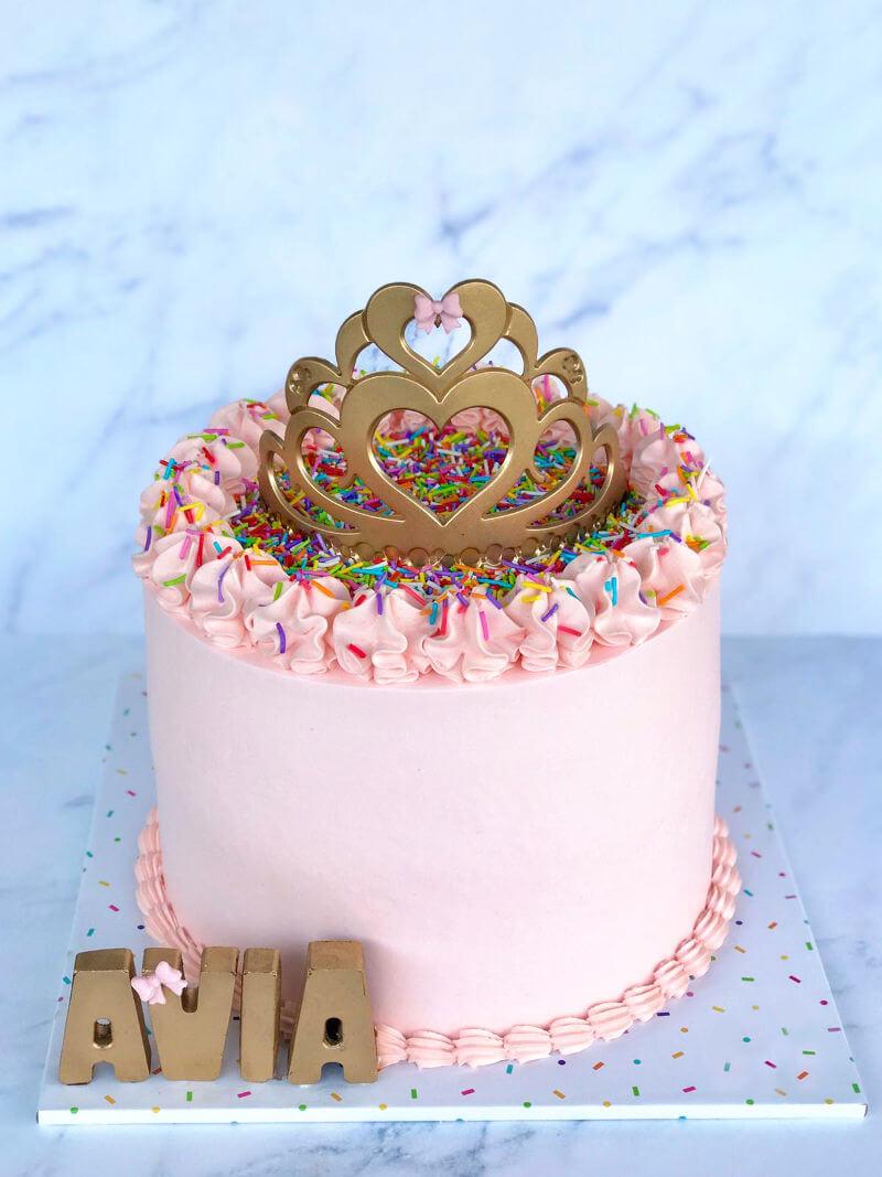 עוגת יום הולדת מעוצבת לבנות עם סוכריות וכתר