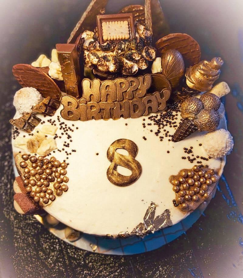 עוגת יום הולדת מעוצבת עם שוקולדים