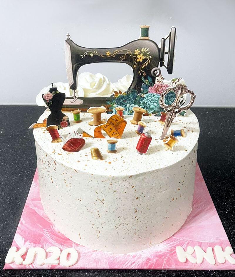 עוגת יום הולדת נדירה לאמא בעיצוב מכונת תפירה