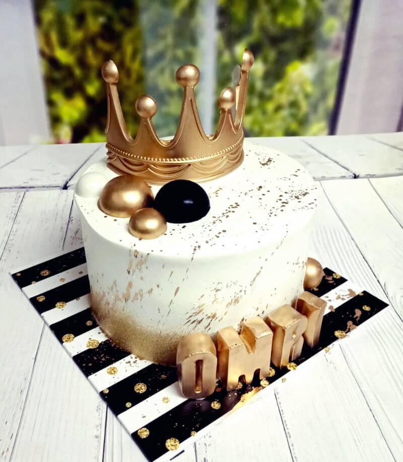 עוגת יום הולדת מעוצבת עם כתר