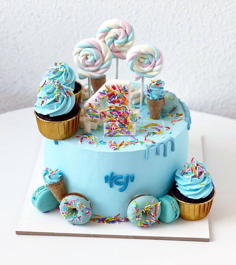עוגת יום הולדת עם קאפקייקס וסוכריות