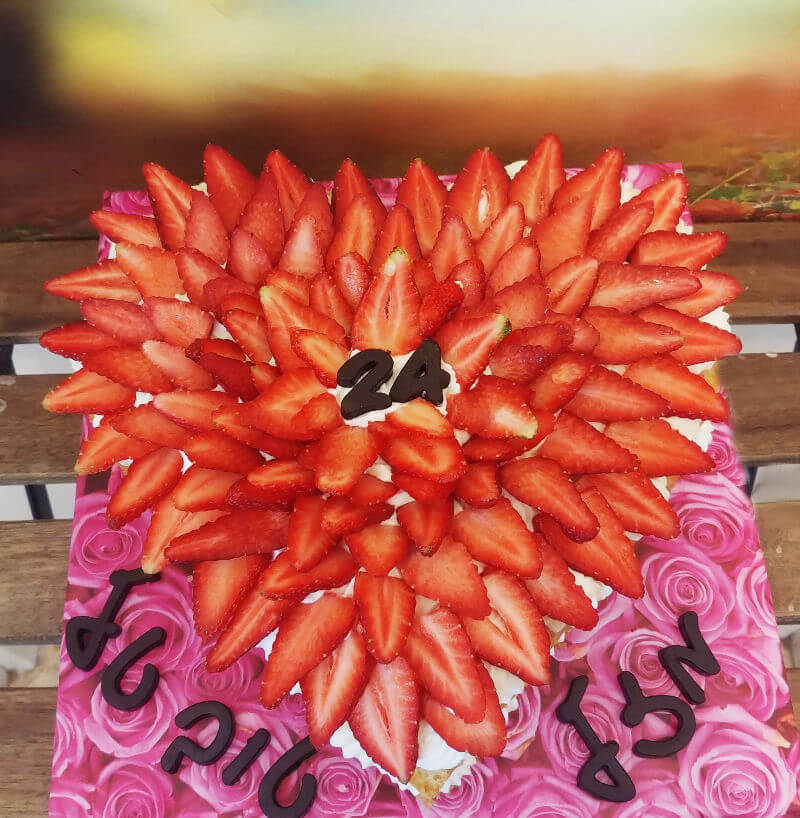 עוגת יום הולדת עם תותים