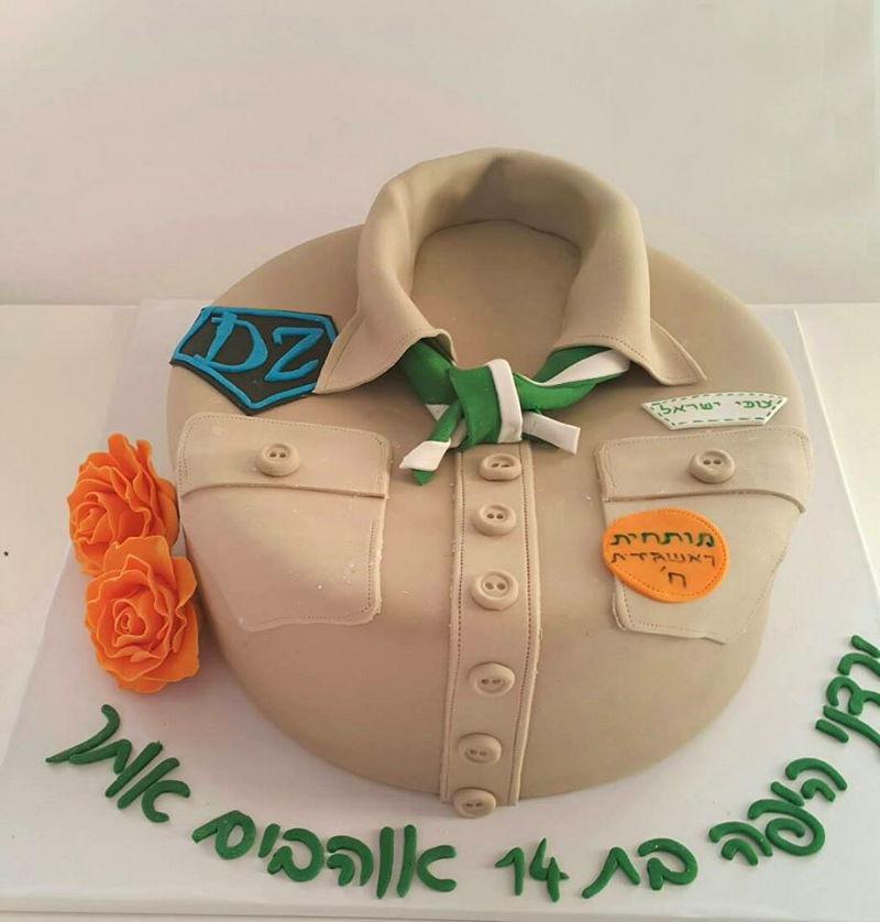 עוגת יום הולדת מדים מבצק סוכר