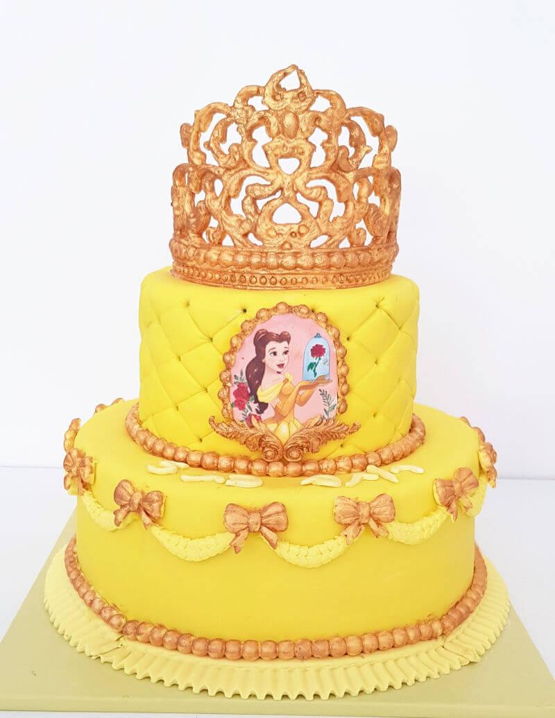 עוגת יום הולדת קומות היפה והחיה עם כתר מעל
