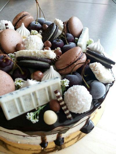 עוגת יום הולדת מלאה שוקולדים