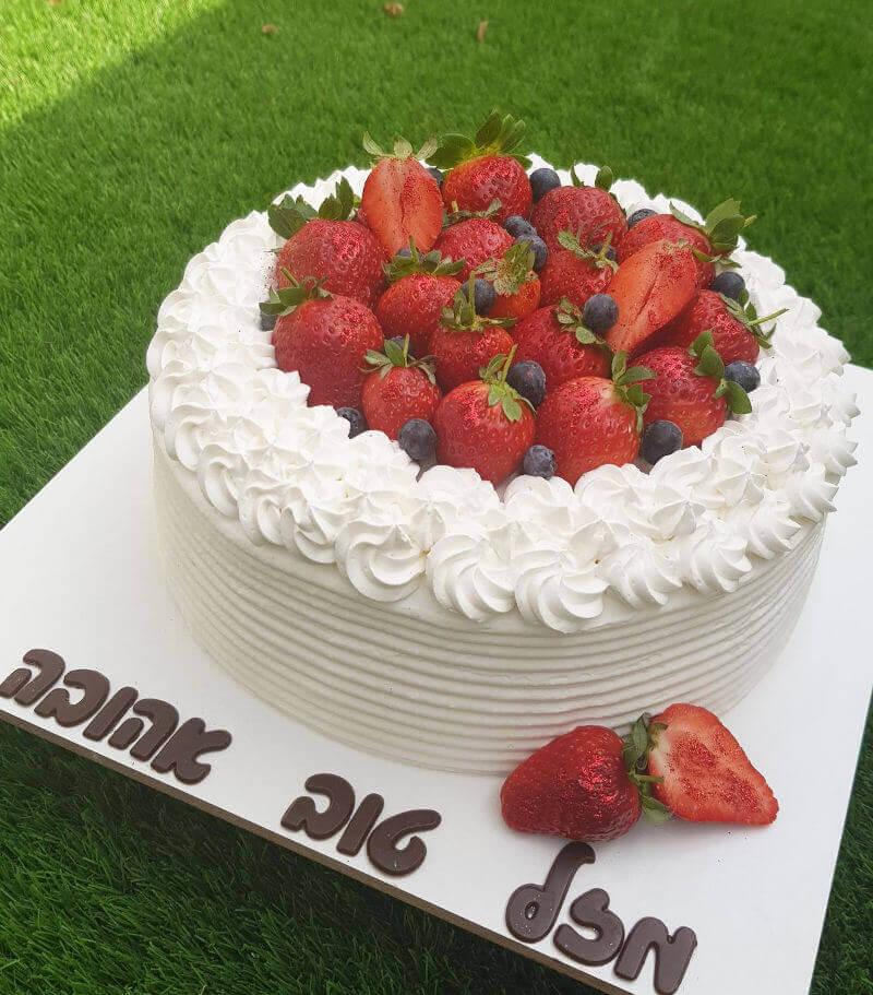 עוגת יום הולדת תותים וקצפת