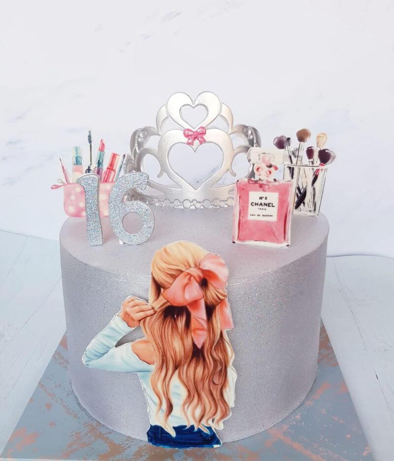 עוגת יום הולדת 16 מעוצבת עם קוסמטיקה