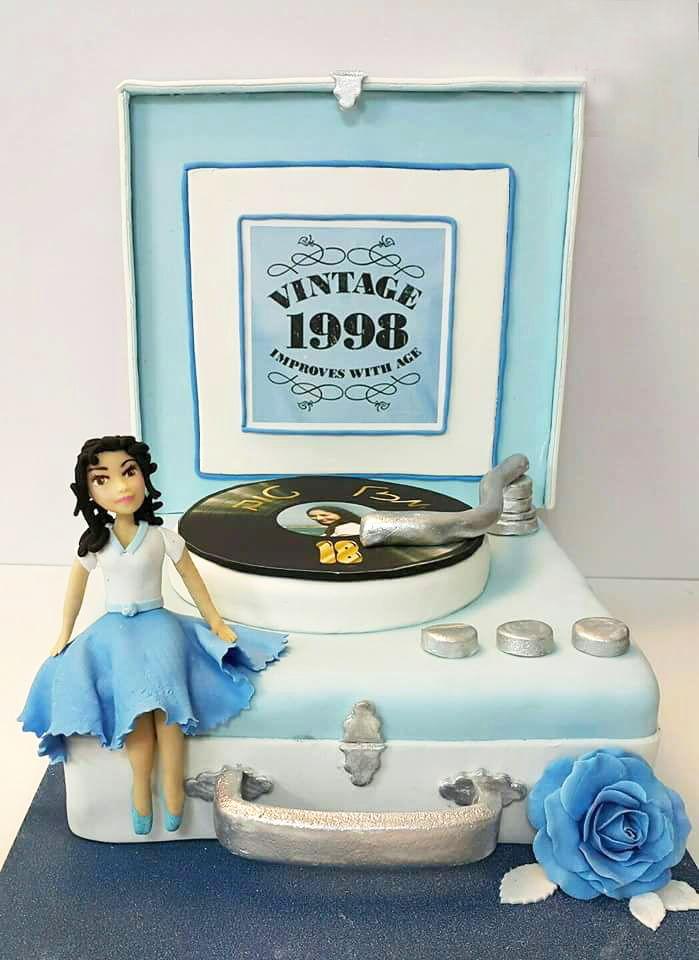 עוגת יום הולדת פטיפון מבצק סוכר