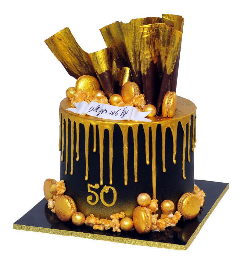 עוגת יום הולדת 50 בשחור וזהב עם מקרונים