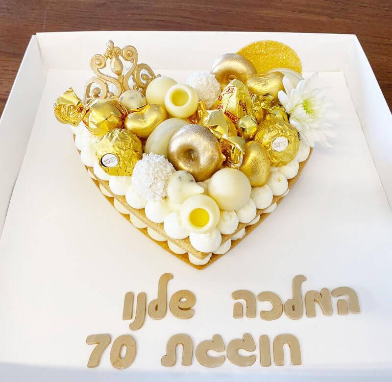 עוגת יום הולדת לב עם שוקולדים לגיל 70