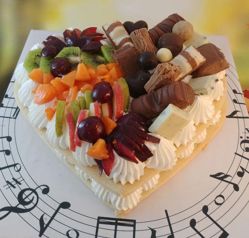 עוגת לב מבצק פריך שקדים עם פירות ושוקולדים