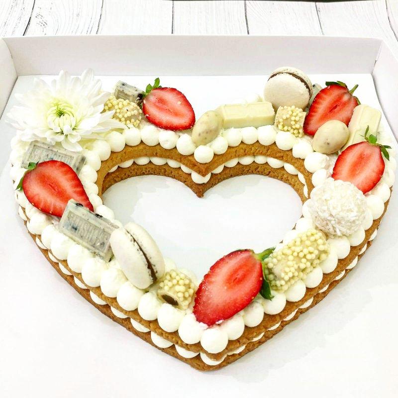 עוגת לב בצק שקדים פריך קרם פטיסייר ופירות טריים ליום הולדת