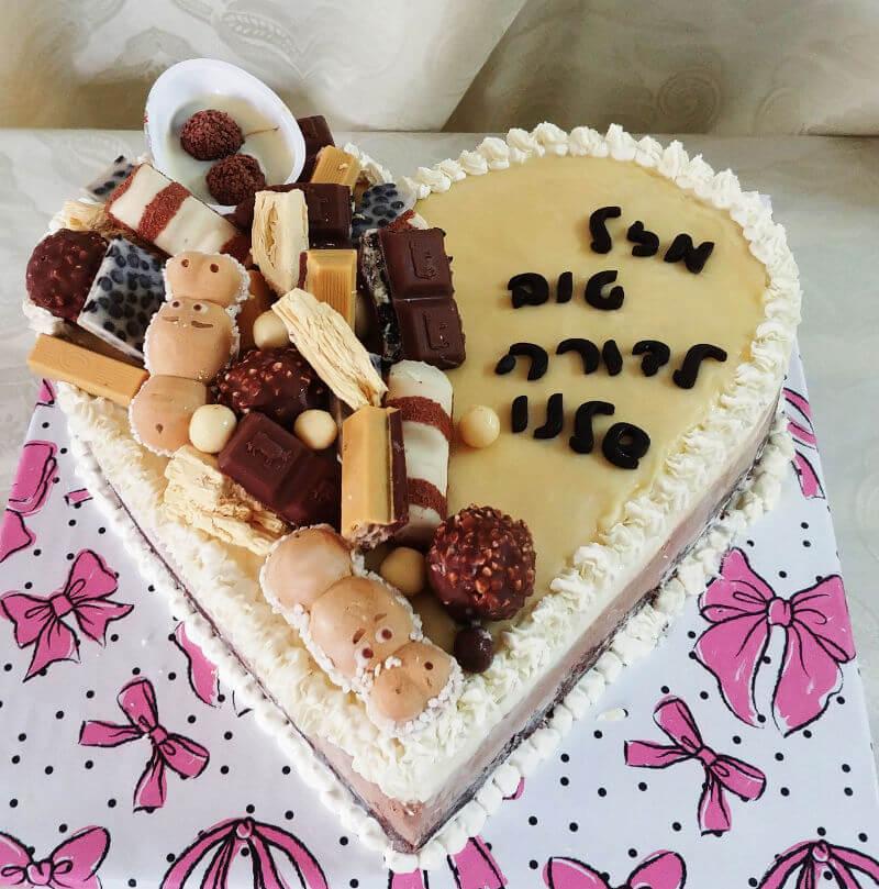 עוגת לב וממתקים ליום הולדת