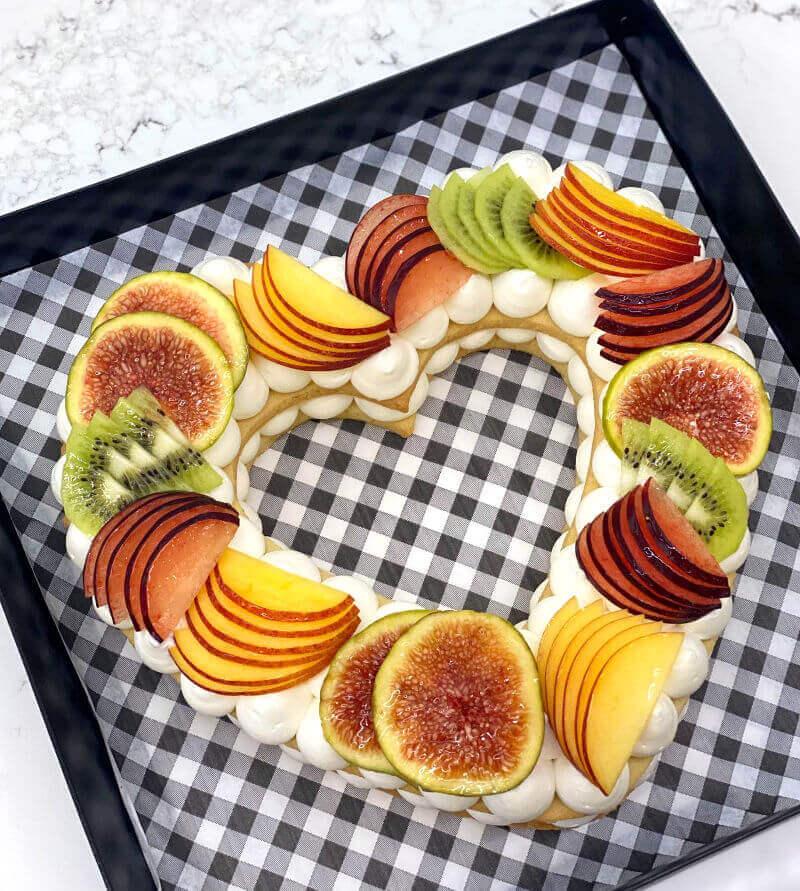 עוגת לב ופירות טריים ליום האהבה