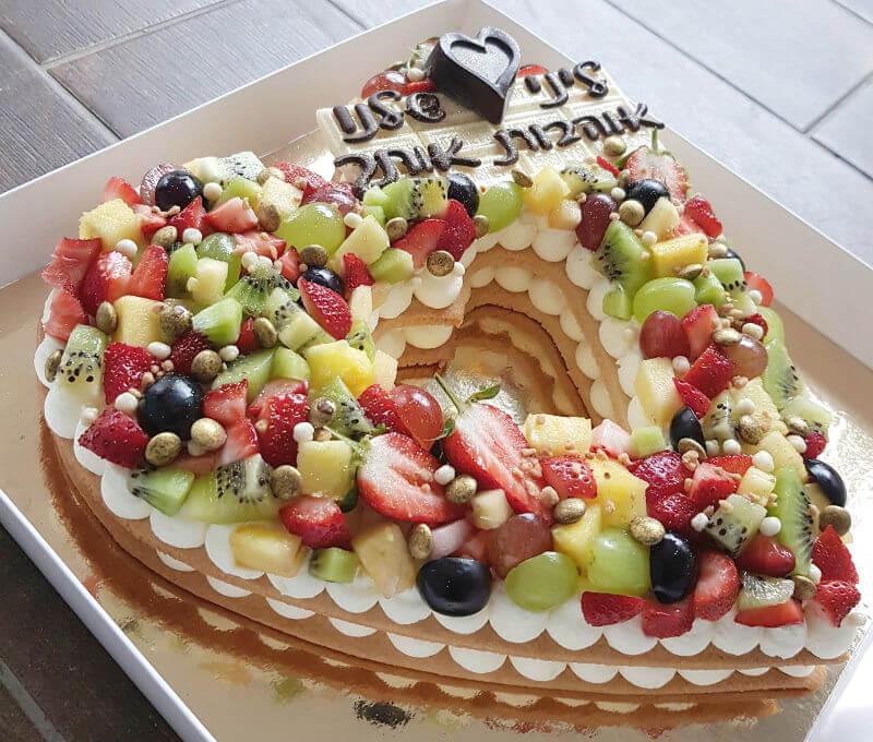 עוגת לב מבצק פריך ופירות טריים באהבה