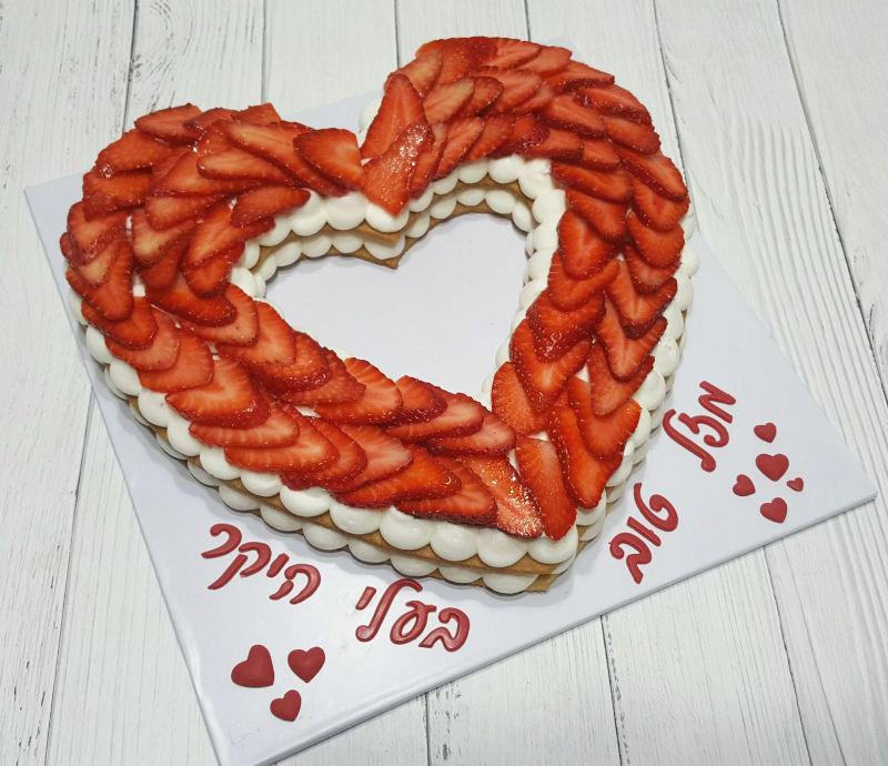 עוגת לב ופירות טריים