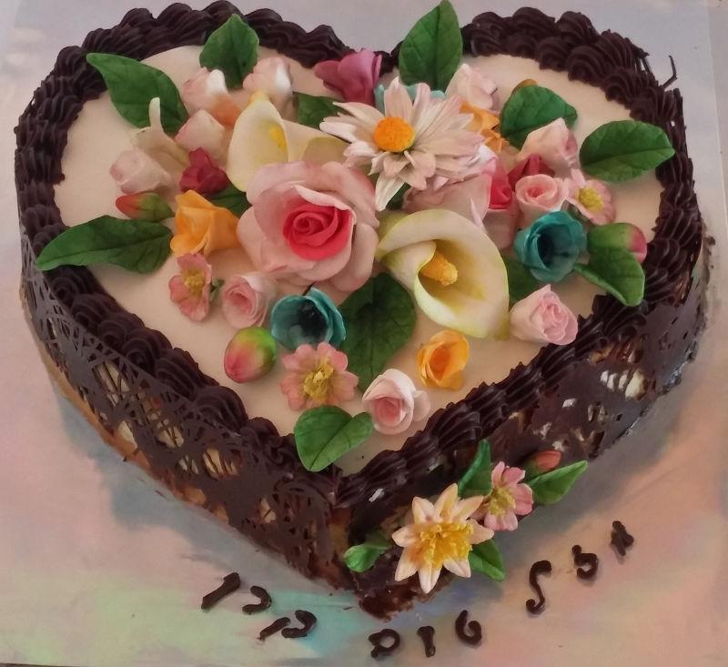 עוגת יום הולדת לבת לב ופרחים