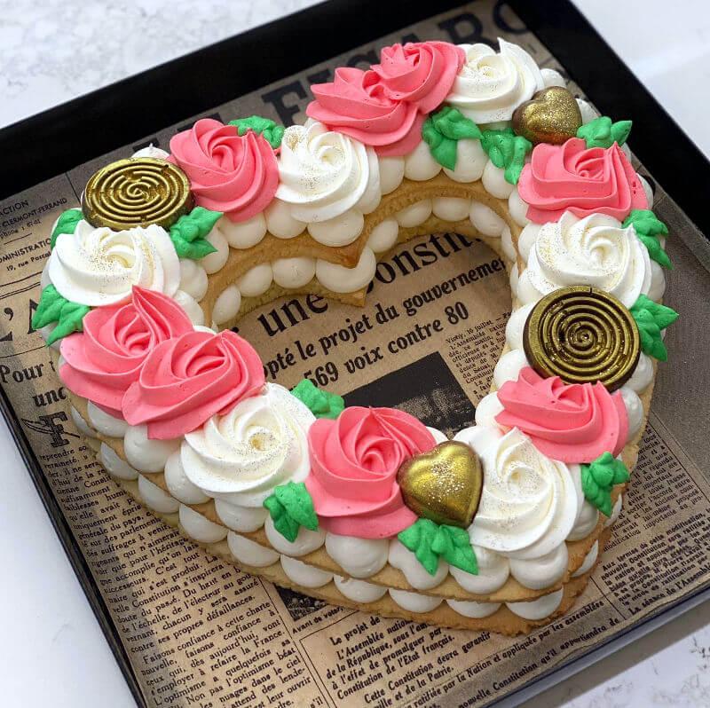 עוגת לב ופרחים